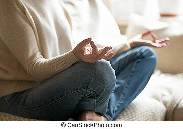 mulher, prática, closeu, mudra, ioga, segurar passa, lar, sênior