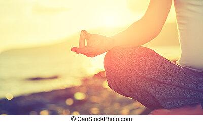 mulher, prática, loto, concept., pose, mão, ioga, praia