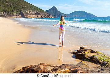 mulher, praia, ao longo, executando
