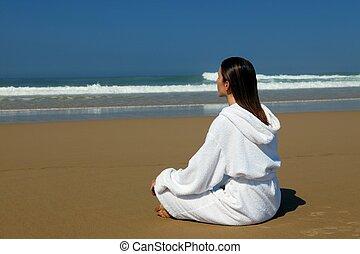 mulher, praia, bathrobe, sentando