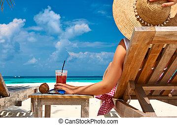 mulher, praia, chaise-lounges