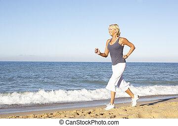 mulher, praia, executando, condicão física, sênior, roupa, ao longo