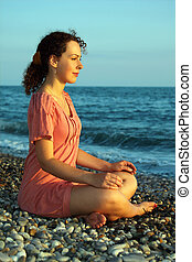 mulher, praia, jovem, mar, meditação, senta-se