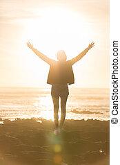 mulher, praia, livre, liberdade, sunset., desfrutando