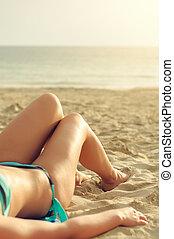 mulher, praia., mentindo