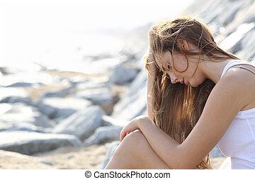 mulher, praia, preocupado