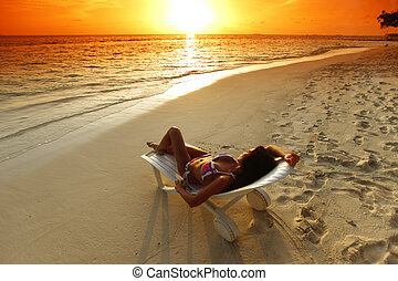 mulher, praia, relaxante, chaise-lounge