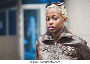 mulher preta, com, shortinho, cabelo afro