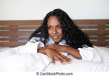 mulher preta, deitando, cama