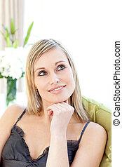 mulher, radiante, sofá, sentando