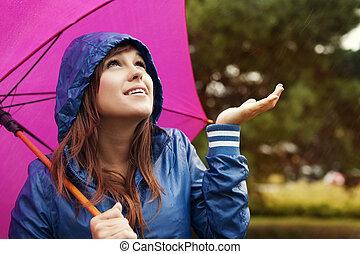 mulher, raincoat, chuva, jovem, verificar, guarda-chuva, bonito