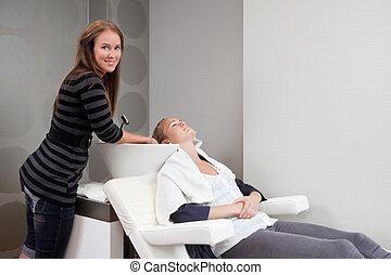 mulher, recebendo, cabelo, lavagem, em, salão beleza