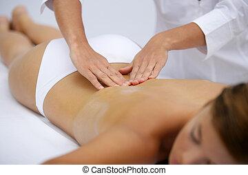 mulher, recebendo, massagem, costas