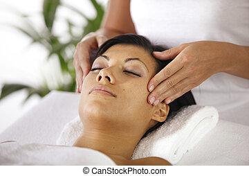 mulher, recebendo, massagem, rosto