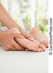 mulher, recebendo, um, caminhe massagem