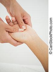 mulher, recebendo, um, massage mão
