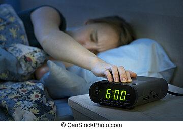 mulher, relógio, alarme, cima, despertar, cedo