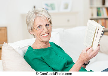 mulher, relaxado, livro, sênior, desfrutando, feliz