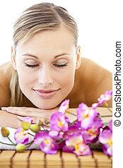 mulher, relaxado, retrato, tabela, mentindo, massagem