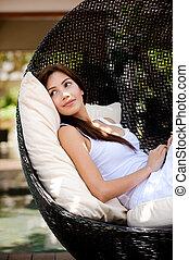 mulher relaxando, ao ar livre