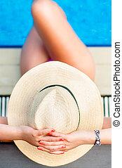 mulher relaxando, chapéu, dentro, recurso, praia, piscina
