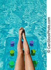 mulher relaxando, -, colchão, pernas, waterpool