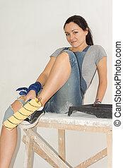 mulher relaxando, com, um, pintar rolo, em, dela, mão