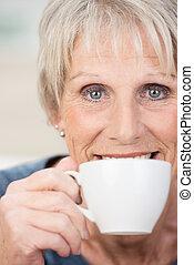 mulher relaxando, copo, chá, idoso, desfrutando
