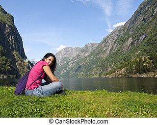 mulher relaxando, em, a, fjord, de, gudvangen