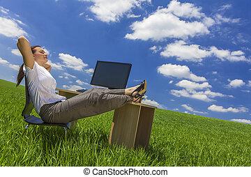 mulher relaxando, em, escrivaninha escritório, em, campo verde