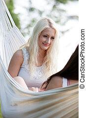 mulher relaxando, em, rede