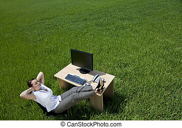 mulher relaxando, em, um, escrivaninha escritório, em, um, campo verde