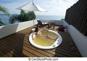 mulher relaxando, em, um, hydromassage, banho, em, brasil