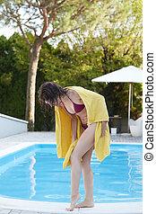mulher relaxando, em, um, piscina