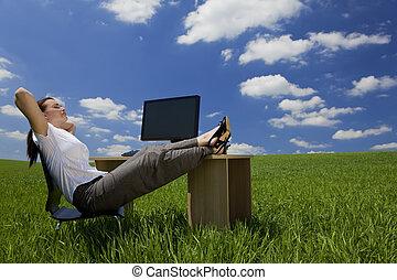 mulher relaxando, em, um, verde, escritório