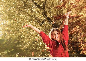 mulher relaxando, jogar, folhas, parque, cima, ar, outono