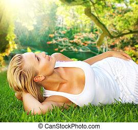 mulher relaxando, jovem, capim, verde, saudável, bonito