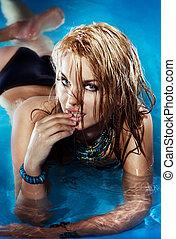 mulher relaxando, jovem, olhar, sensual, câmera., retrato, loiro, piscina, natação