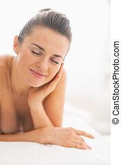 mulher relaxando, jovem, tabela, massagem, feliz