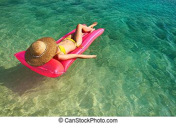 mulher relaxando, ligado, colchão inflável