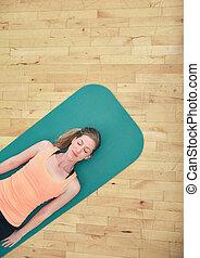 mulher relaxando, ligado, esteira yoga