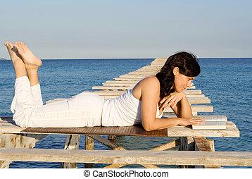 mulher relaxando, livro leitura, ligado, férias verão