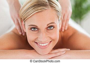 mulher relaxando, lounger, cima, durante, fim, sorrindo,...