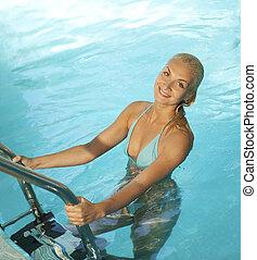 mulher relaxando, loura, piscina, bonito