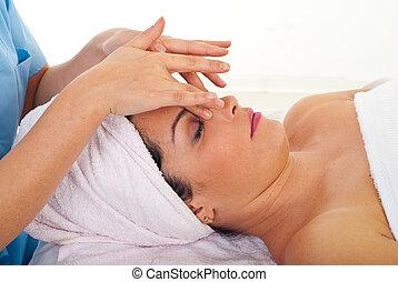 mulher relaxando, massagem facial