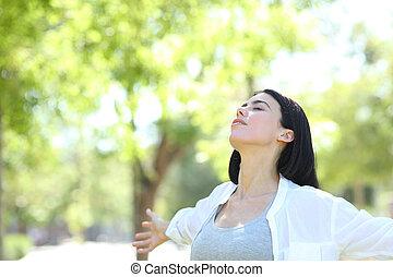 mulher relaxando, parque, ar, respirar, fresco