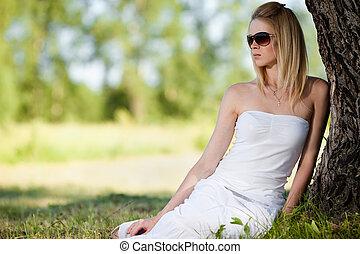 mulher relaxando, parque, jovem, loura, vestido branco