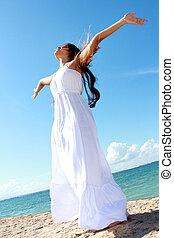 mulher relaxando, praia, com, braços abrem, desfrutando, dela, liberdade