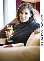 mulher relaxando, sofá, maduras, vinho bebendo