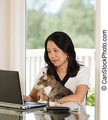mulher, relaxante, dela, gato, enquanto, maduras, lar, trabalhando